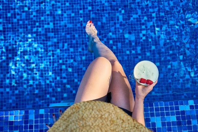 žena s nohami v bazéne