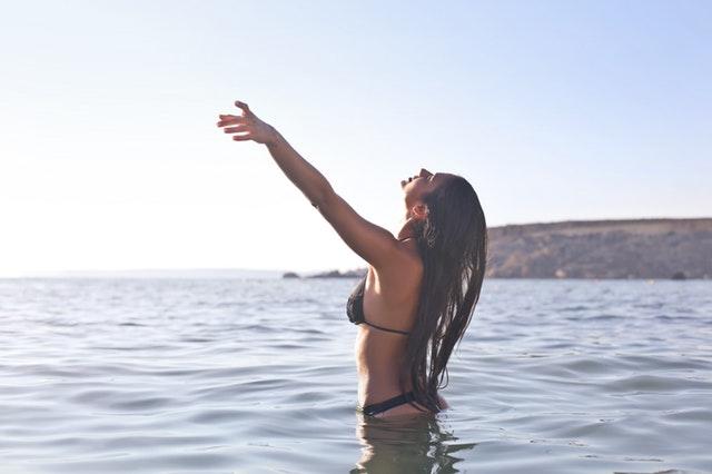 šťastná žena v mori