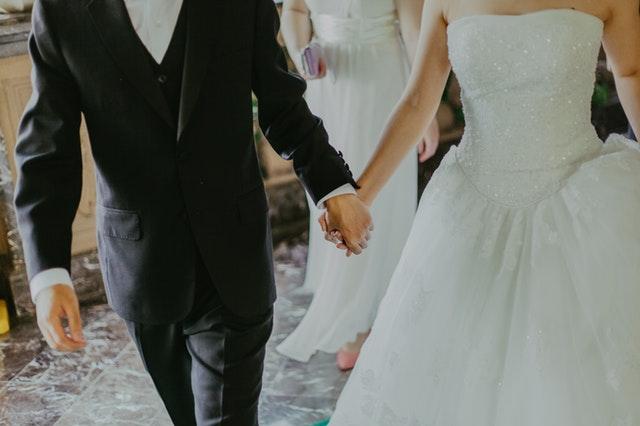 Ženích a nevesta sa držia za ruky.jpg