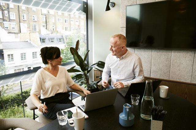 Muž a žena, diskusia, okno