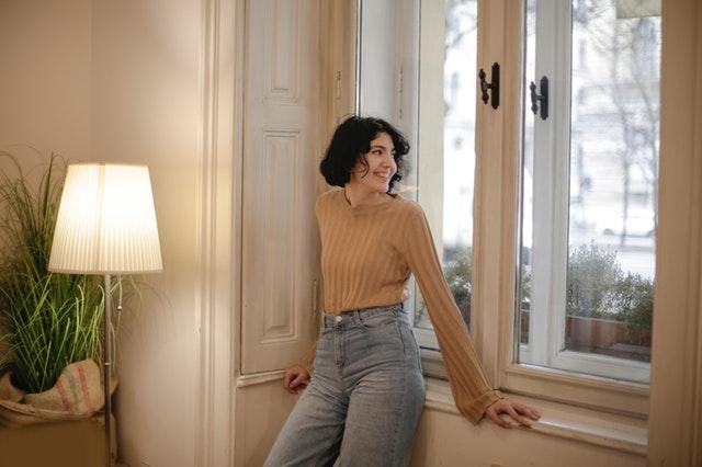Usmiata žena pri okne